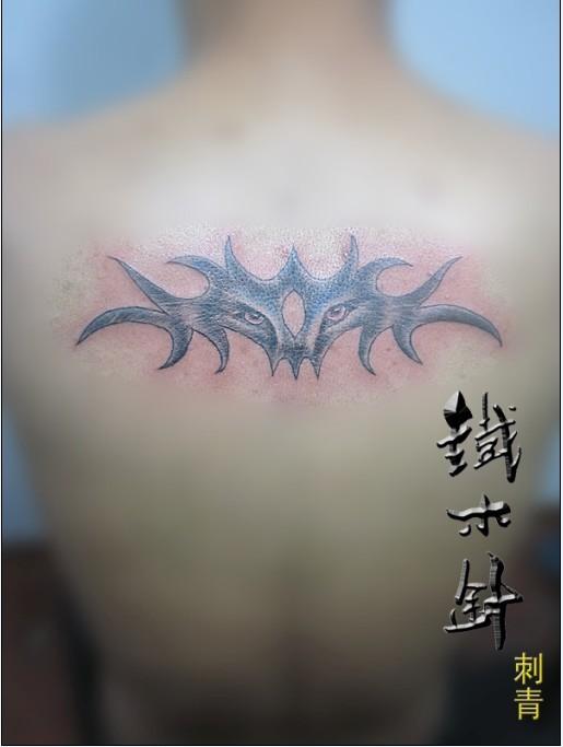 武汉铁木针刺青纹身男性背上狼图_纹身图案