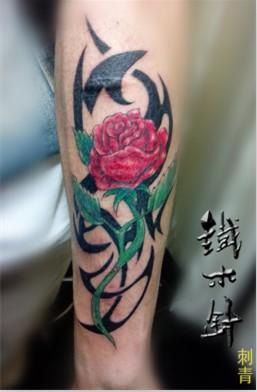 武汉纹身铁木针刺青手臂玫瑰花盖疤纹身